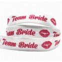 Elastische armband wit met in rood de tekst Team Bride met kus