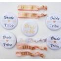 Set met 5 buttons en 5 armbanden Bride Tribe wit en rose goud met goud